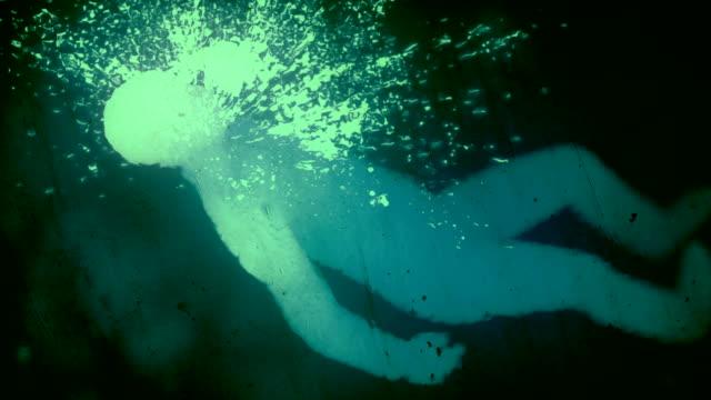 vidéos et rushes de le corps humain se brise sur la surface de la glace. abstrait fond d'animation numérique. rendu 3d. résolution 4k, ultra hd - verre translucide