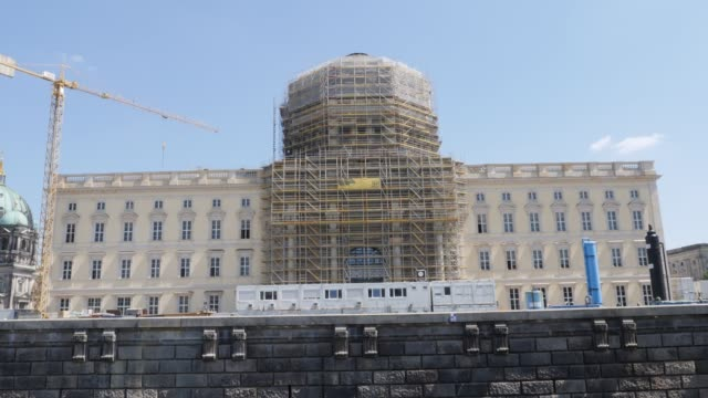the humboldt forum stands under construction scaffolded on june 17 2019 in berlin germany the humboldt forum will occupy the rebuilt berliner schloss... - berliner stadtschloss stock-videos und b-roll-filmmaterial