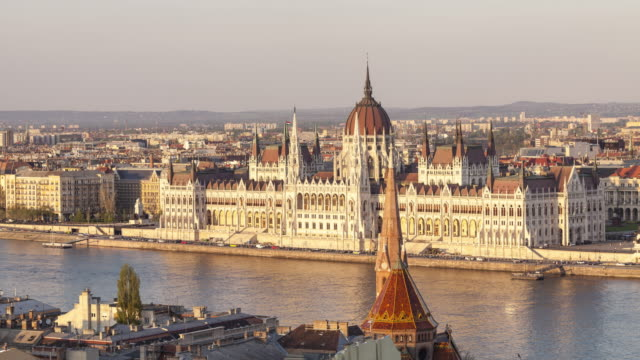 stockvideo's en b-roll-footage met the hungarian parliament building and chain bridge in budapest, hungary. - chain bridge suspension bridge