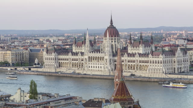 the hungarian parliament building and chain bridge in budapest, hungary. - セーチェーニ鎖橋点の映像素材/bロール