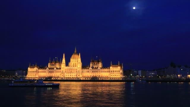 vídeos de stock e filmes b-roll de the hungarian parliament building at night, river danube, budapest city, hungary. - river danube