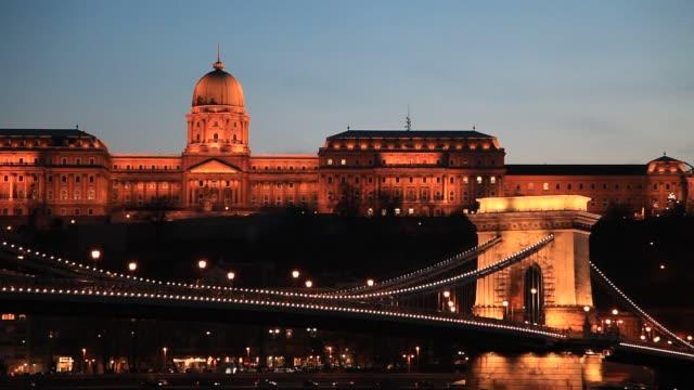 vídeos de stock e filmes b-roll de the hungarian parliament building at night, river danube, budapest city, hungary. - ponte széchenyi lánchíd
