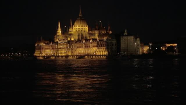 the hungarian parliament building over the river danube - ブダペスト点の映像素材/bロール