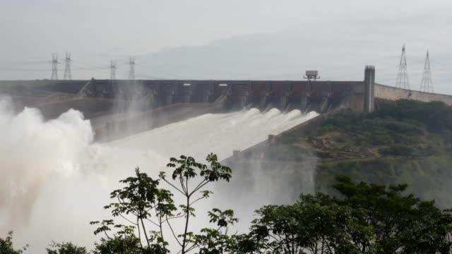 vidéos et rushes de le barrage hydroélectrique d'itaipu entre le brésil et le paraguay - barrage