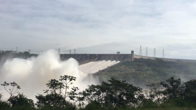 stockvideo's en b-roll-footage met de hydro-elektrische dam van itaipu tussen brazilië en paraguay - dam mens gemaakte bouwwerken
