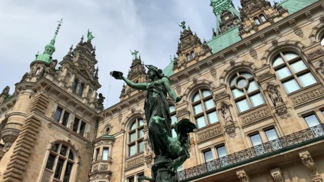 the hygieia fountain, in the courtyard of the hamburg town hall - rathaus hamburg stock-videos und b-roll-filmmaterial