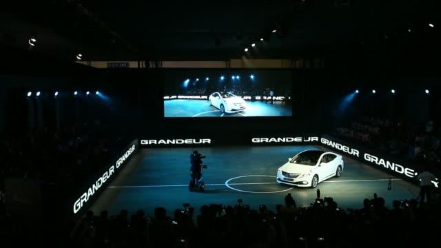 stockvideo's en b-roll-footage met the hyundai motor cos 5g grandeur diesel sedan is seen as it is unveiled during the press day of the 2014 busan international motor show the hyundai... - hybride voertuig