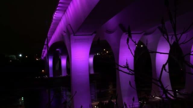 vidéos et rushes de the i35w bridge in minneapolis has been lit purple to honor the passing of legendary minnesotan musician prince - pop music