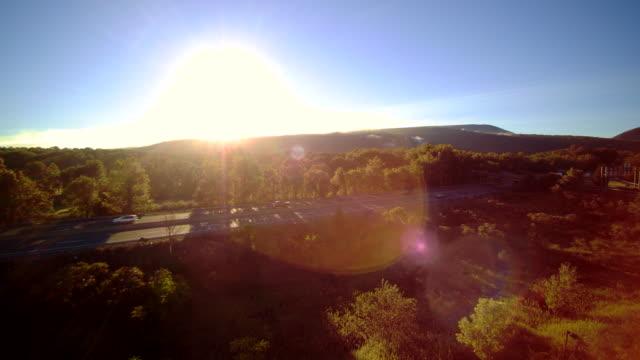 vídeos y material grabado en eventos de stock de la i-80 columbus carretera cerca por brecha agua de delaware, en la frontera entre nueva jersey y pensilvania. cantidad video aérea drone. - delaware water gap