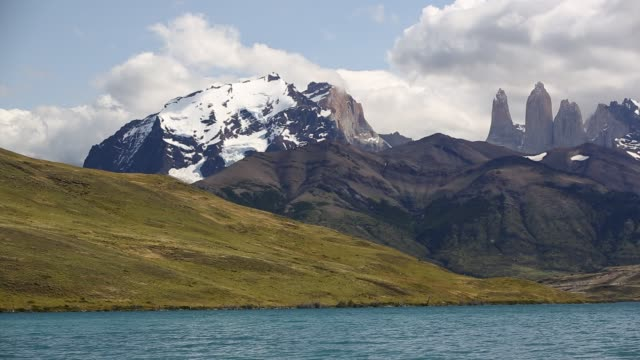 vidéos et rushes de the iconic paine towers in torres del paine national park, patagonia, chile from laguna azul. - azul