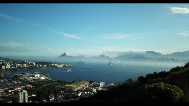 vídeos de stock, filmes e b-roll de the idle maua shipyard unfineshed petrobras tankers and a queiroz galvao rig backdropped by rio de janeiro landscape in niteroi rio de janeiro state... - baía de guanabara