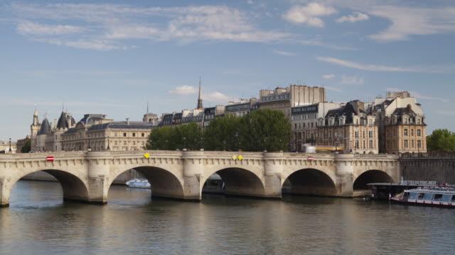 the ile de la cite and pont neuf in paris, france. - ポンヌフ点の映像素材/bロール