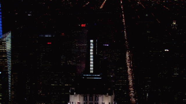 the illuminated pinnacle of new york city's famous empire state building at night. - 20世紀のスタイル点の映像素材/bロール