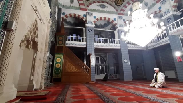 vídeos de stock e filmes b-roll de the imam and muezzin of ardahan central mosque perform tarawih prayer on the eve of the muslim holy fasting month of ramadan at the empty mosque in... - mesquita