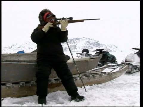 the impact of global warming on the inuit community; canada: nunavut: baffin island: ext music overlaid over following sequence inuit hunter along on... - inuit bildbanksvideor och videomaterial från bakom kulisserna
