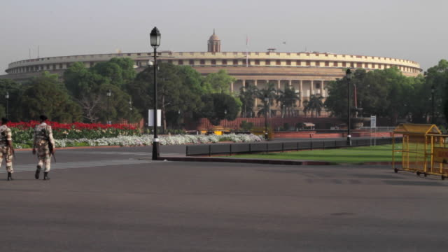 stockvideo's en b-roll-footage met the indian armed forces personals manning the building of the parliament of india at the sansad marg or the parliament street in new delhi, india - parliament building