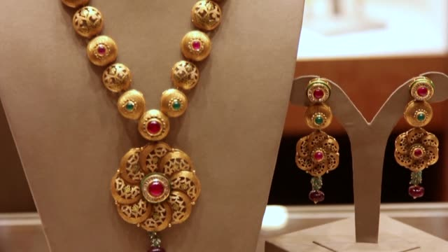 vídeos de stock, filmes e b-roll de the indian government is trying to encourage people to hand their gold over to banks with the aim of boosting the economy but the initiative is... - ouro metal