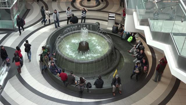 vídeos y material grabado en eventos de stock de the indoor fountain at the centre of the eaton center, in toronto, ontario, canada on may 10, 2014. the cadillac fairview eaton center is one of the... - lugar famoso local