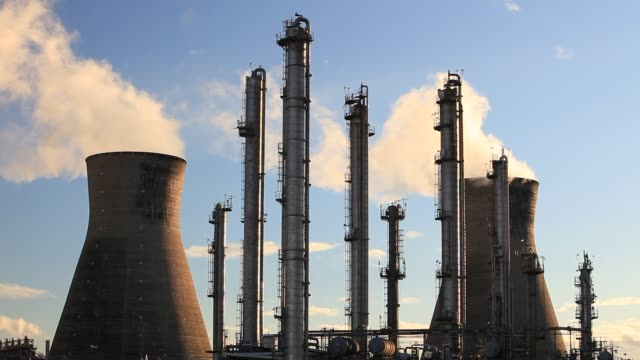 the ineos oil refinery at grangemouth in the firth of forth, scotland, uk. it is scotlands only oil refinery. it takes oil from a pipeline from the... - fluss firth of forth stock-videos und b-roll-filmmaterial