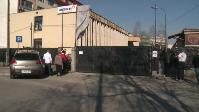 """the inhabitants of sarajevo come to get masks from a humanitarian ngo, """"pomozi.ba"""", which has decided to distribute a stock of 500,000 pieces, when... - protective workwear stock-videos und b-roll-filmmaterial"""