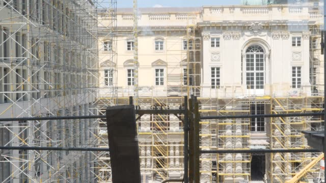 the inner courtyard of the humboldt forum stands under construction on june 17 2019 in berlin germany the humboldt forum will occupy the rebuilt... - berliner stadtschloss stock-videos und b-roll-filmmaterial