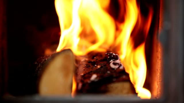 das innere von einem brennenden ofen - kamin gebäudeteil stock-videos und b-roll-filmmaterial
