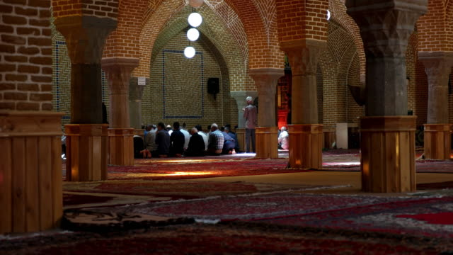 the interior of jameh mosque of tabriz or tabriz central mosque located in the bazaar suburb of tabriz - moschea video stock e b–roll