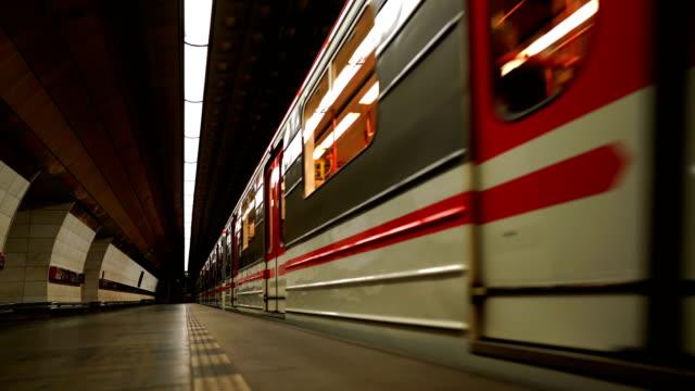 """vidéos et rushes de l'intérieur de la station de métro """"staromestska"""". prague, république tchèque - transports publics"""