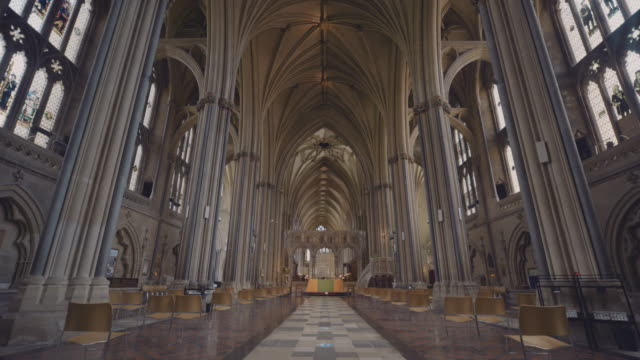 the interior of the norman / gothic architecture of the 12th century bristol cathedral, bristol, england, united kingdom. - monastero video stock e b–roll