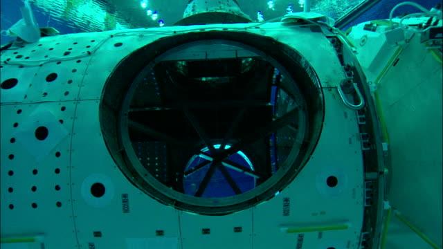 vidéos et rushes de the international space station replica waits for trainees at the neutral buoyancy lab. - hublot