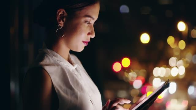vídeos de stock, filmes e b-roll de a internet fica acordada durante o tempo que ela precisa - mulher de negócios