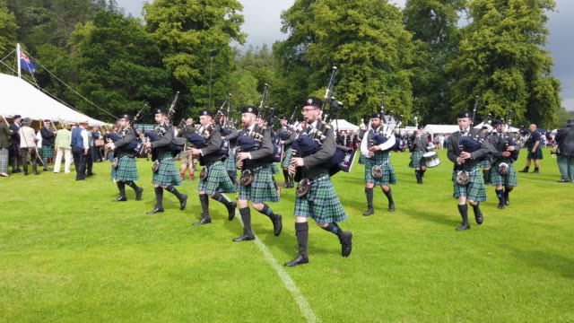 vidéos et rushes de the inveraray pipe band parades through the town at the start of the highland games on july 16 2019 in inverarary, scotland. the games celebrate... - scottish culture