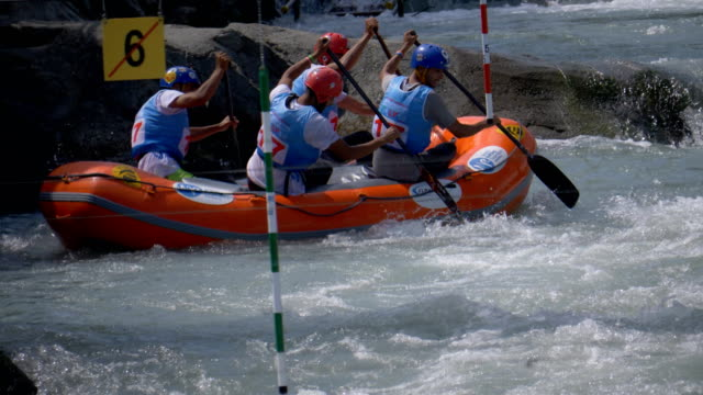 the iranian men's under 23 rafting team in the slalom competition on the dora baltea river during world rafting championship on 23 july 2018, ivrea - world rafting championship video stock e b–roll