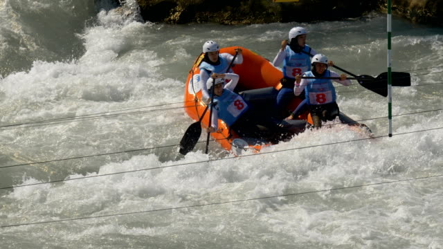 the iranian women's under 19 rafting team in the slalom competition on the dora baltea river during world rafting championship on 23 july 2018, ivrea - world rafting championship video stock e b–roll