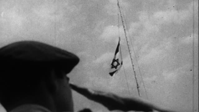 vídeos de stock, filmes e b-roll de the israeli flag is raised - 1948