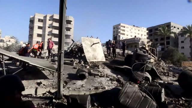 the israeli warplanes on friday completely destroyed the headquarters of al-intaj bank in gaza, located near al-shefa hospital, gaza's main operating... - striscia di gaza video stock e b–roll