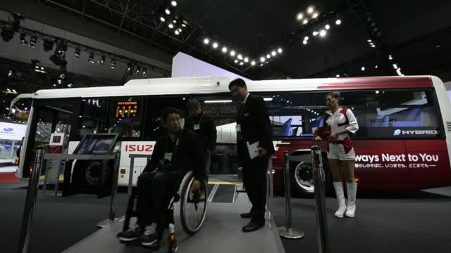 vídeos de stock, filmes e b-roll de the isuzu motor ltd. mu-x vehicle stands on display at the 43rd tokyo motor show 2013 in tokyo, japan, on thursday, nov. 21 the isuzu motor ltd.... - 2013