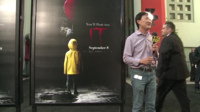 stockvideo's en b-roll-footage met the it horror movie inspired by the novel of the same name from stephen king premieres in los angeles with a lot of yellow rainjackets and red... - première