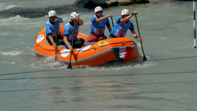 the italian men's under 19 rafting team in the slalom competition on the dora baltea river during world rafting championship on 23 july 2018, ivrea - world rafting championship video stock e b–roll