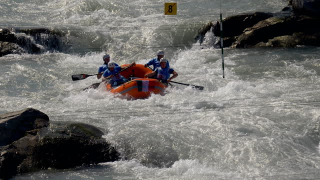 the italian men's under 23 rafting team in the slalom competition on the dora baltea river during world rafting championship on 23 july 2018, ivrea - world rafting championship video stock e b–roll