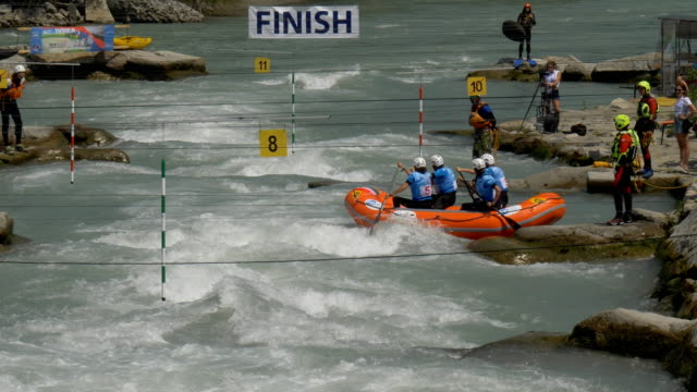 the italian women's under 19 rafting team in the slalom competition on the dora baltea river during world rafting championship on 23 july 2018, ivrea - world rafting championship video stock e b–roll