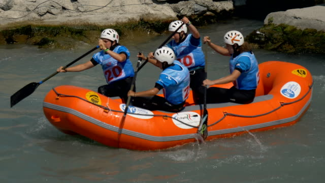the italian women's under 23 rafting team in the slalom competition on the dora baltea river during world rafting championship on 23 july 2018, ivrea - world rafting championship video stock e b–roll