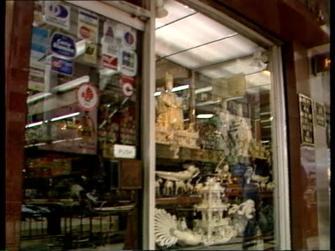hong kong gvs / the ivory trade hong min hing ivory store displays ivory carvings in window - 象牙点の映像素材/bロール