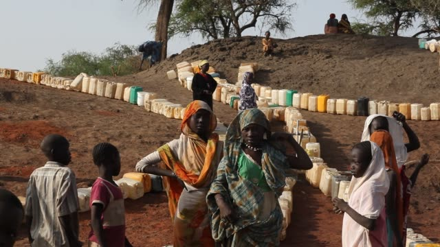the jamam refugee camp in upper nile state south sudan houses 36500 vulnerable people who have fled across the border from their homes in blue nile... - flüchten stock-videos und b-roll-filmmaterial