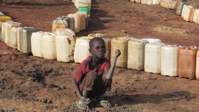 the jamam refugee camp in upper nile state south sudan houses 36500 vulnerable people who have fled across the border from their homes in blue nile... - スーダン点の映像素材/bロール