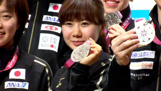 the japanese men's and women's teams, both of whom placed in the runner-up positions at the world team table tennis championships, returned home to... - スポーツ用語点の映像素材/bロール