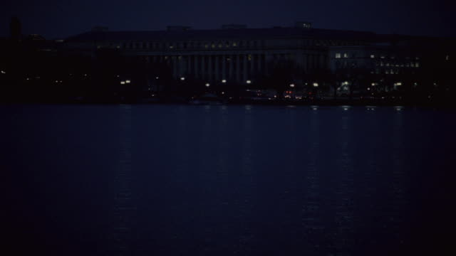vidéos et rushes de pan the jefferson memorial and surrounding area illuminated in the darkness across tidal basin / washington, district of columbia, united states - style néoclassique
