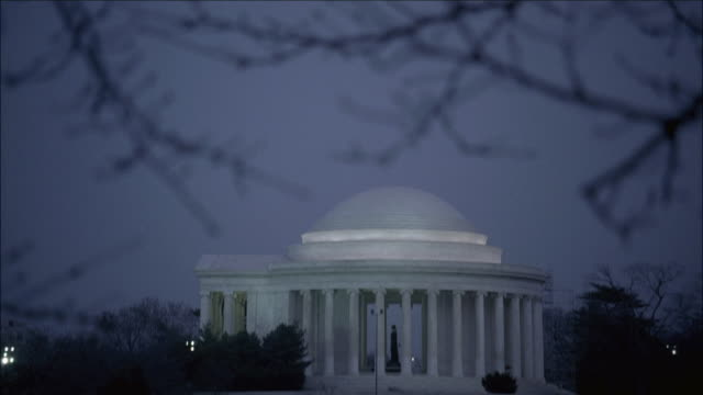 vidéos et rushes de td the jefferson memorial on the shore of tidal basin / washington, district of columbia, united states - style néoclassique