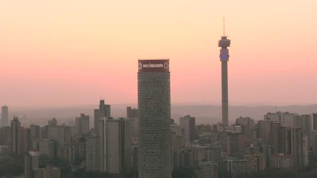 vídeos de stock e filmes b-roll de the johannesburg skyline at sunset - joanesburgo