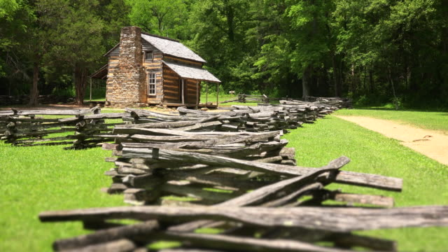 vídeos de stock, filmes e b-roll de the john oliver log cabin in the great smoky mountains national park, tennessee - cordilheira